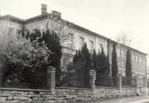 Obrázek  Budova školy v r. 1964 -